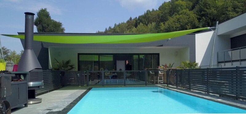 Grünes Sonnensegel als Schutz vor starker Sonneneinstrahlung.