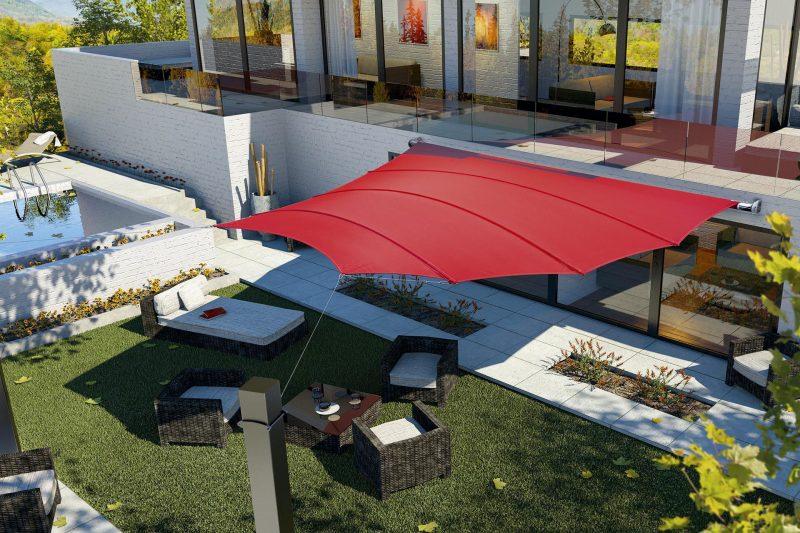 Rotes Sonnensegel mit flügelartiger Struktur.
