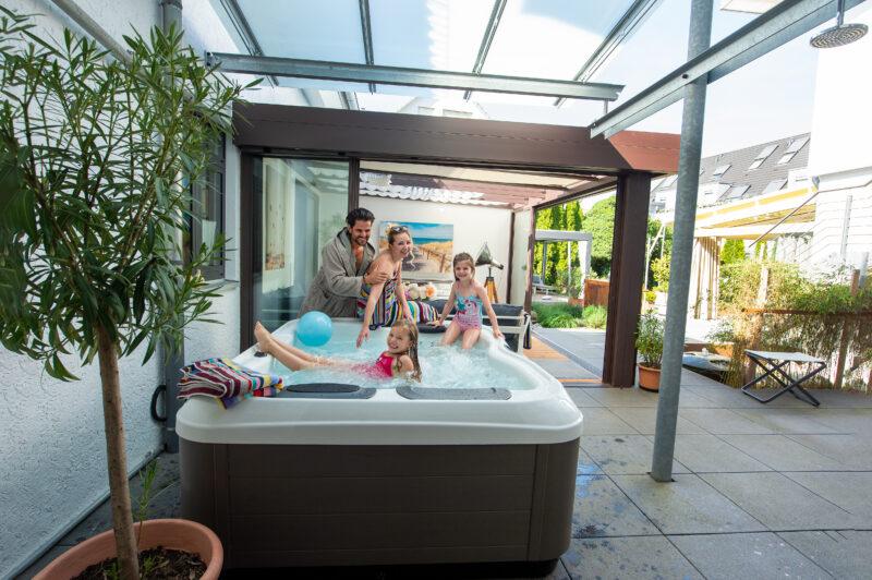 Genießen Sie Badespaß mit der ganzen Familie im Whirlpool.