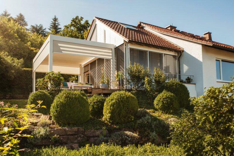 Weißes Lamellendach in stilvollem Einklang mit dem Eigenheim.
