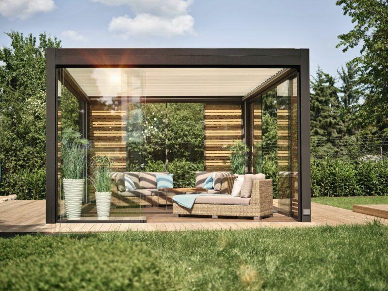 Modernes Lamellendach im Sommergarten