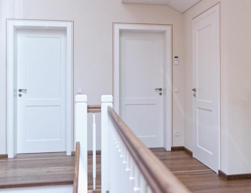 Weiße Innentüren aus Holz und in schlichtem Design.