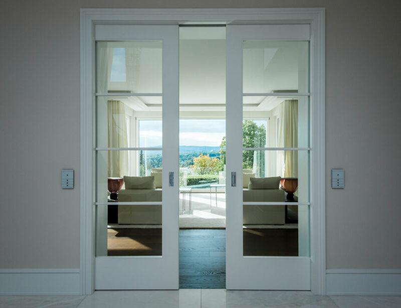 Moderne Innentür in Weiß mit viel Glasfläche und zum Schieben.