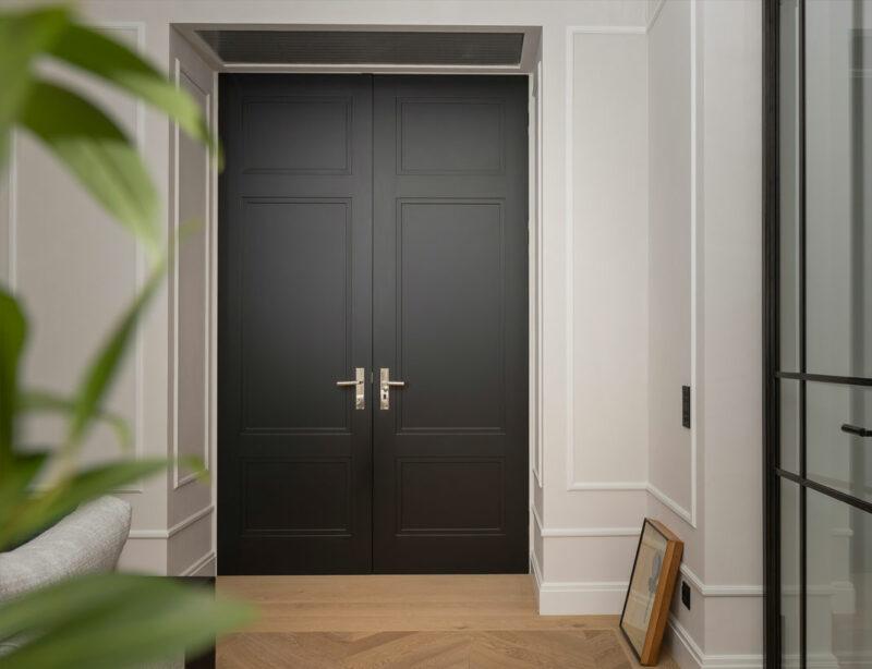Moderne Innentür in mattem Schwarz und mit zwei Türflügeln.