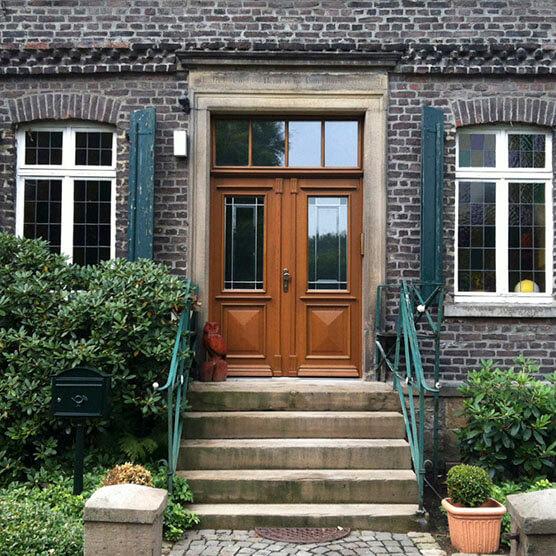Haustüre aus Holz in braun mit Glas
