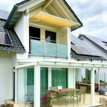 Moderne Gelenkarmmarkise für perfekten Sonnenschutz auf dem Balkon.