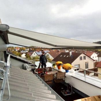 Gelenkarmmarkise für optimalen Sonnenschutz auf dem Balkon.