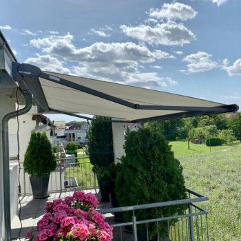 Hochwertige Markise als Sonnenschutz für Balkon und Garten.