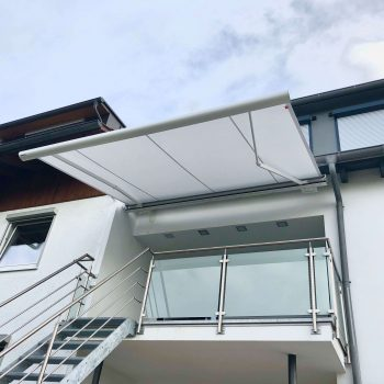 Hochwertige Markise als Sonnenschutz für den Balkon.