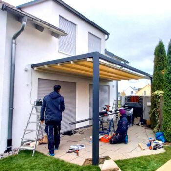Moderne Pergolamarkise als Sonnenschutz für die Terrasse.