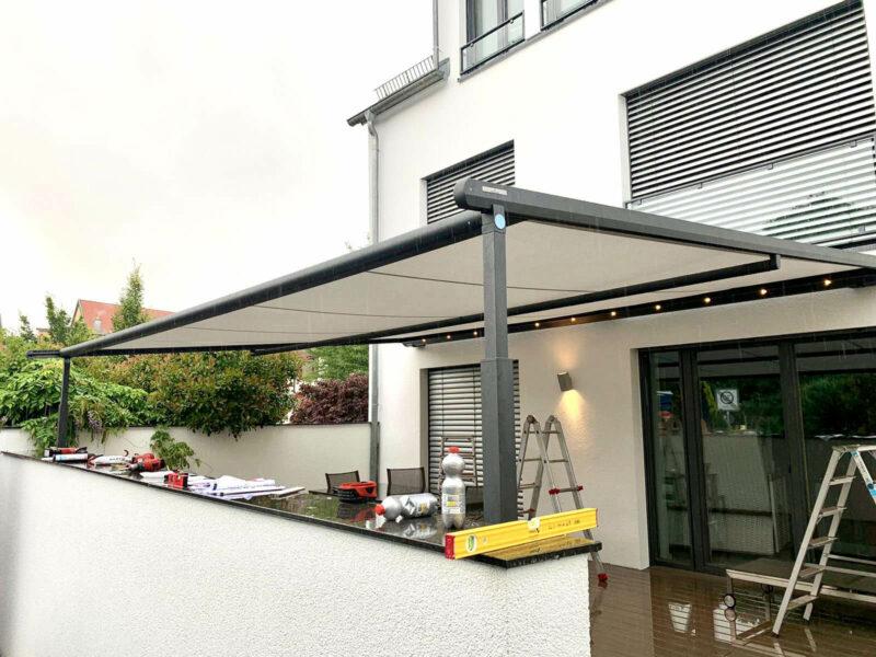 Pergolamarkise für optimalen Sonnenschutz auf der Terrasse.