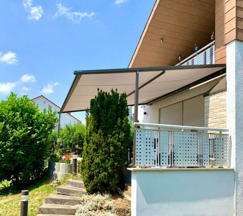 Hochwertige Pergolamarkise als Sonnenschutz für die Terrasse und den Garten.