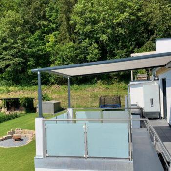 Hochwertige Pergolamarkise als Sonnenschutz für den Balkon.
