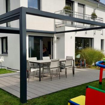 Moderne Terrassenüberdachung mit großer Glasfläche.