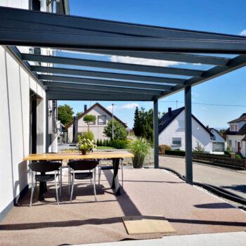 Terrassendach in modernem Design für eine Terrassennutzung bei jedem Wetter.