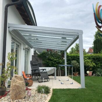 Moderne Terrassenüberdachung für perfekten Schutz bei jedem Wetter.