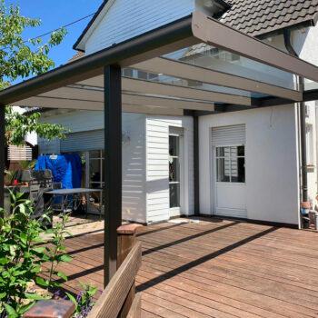 Moderne Terrassenüberdachung mit Glasdach.
