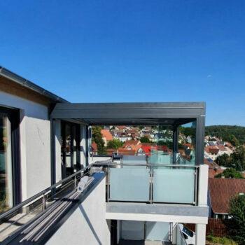 Modern designtes Terrassendach für den Balkon.