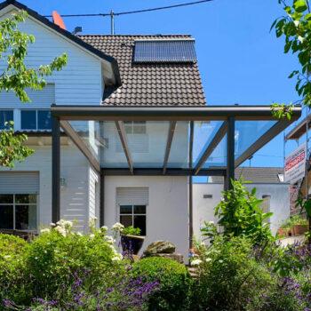 Moderne Terrassenüberdachung für optimalen Schutz bei Wind und Wetter.