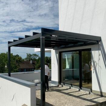 Hochwertige Terrassenüberdachung mit modernem Glasdach.