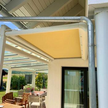 Terrassenüberdachung aus Glas und mit zusätzlicher Markise.