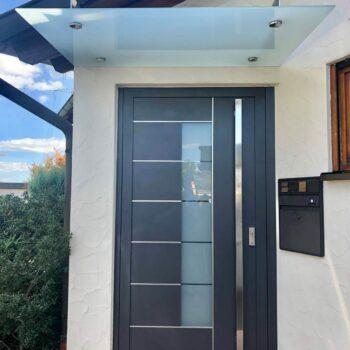 Aluminium-Haustüren mit Milchglasfläche und Edelstahl-Details.