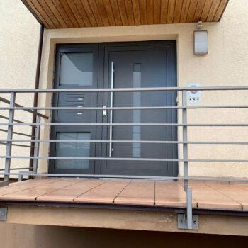 Aluminium-Haustür mit Milchglaseinsatz in schlichtem Design.