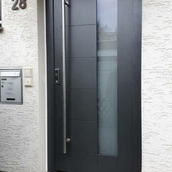 Aluminium-Haustüren mit schmaler Glasfläche und Türgriff aus Edelstahl.