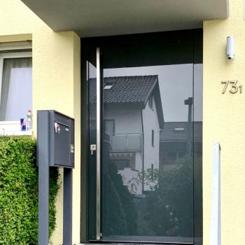 Aluminium-Haustür mit großer und blickdichter Glasfläche.