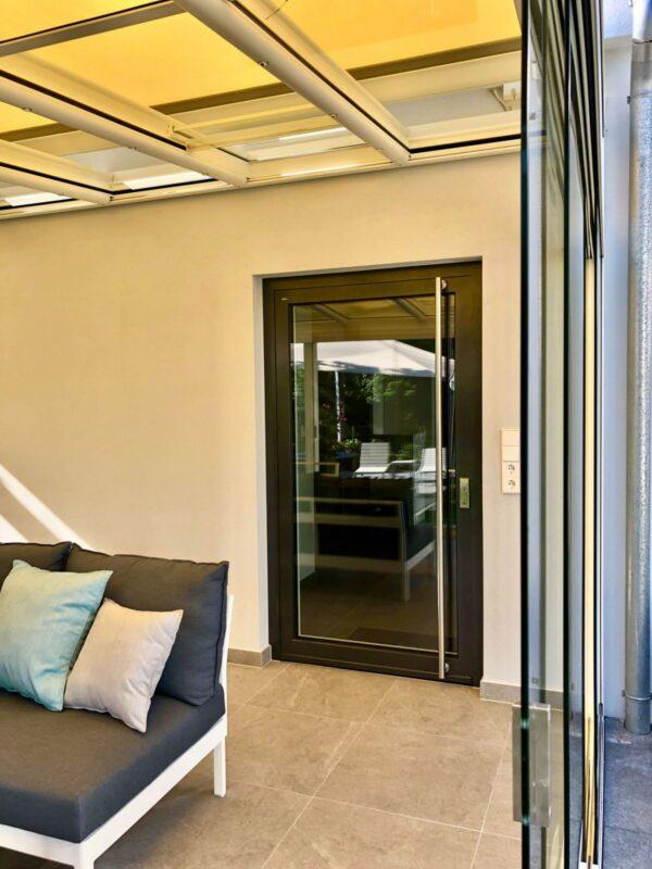 Aluminium-Haustüren mit großer Glasfläche.