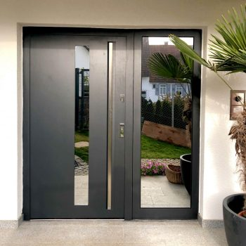 Aluminium-Haustüren mit verspiegeltem Glaseinsatz.