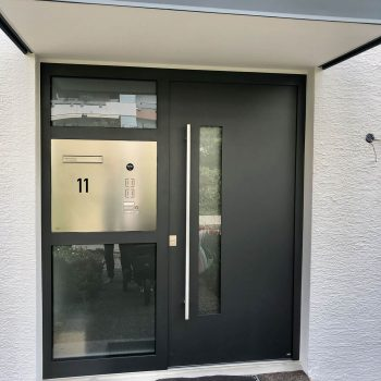 Aluminium-Haustüren mit sichtgeschützten Glasflächen.