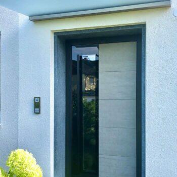 Haustüre aus Aluminium mit Glasfläche und Detail in Fliesenoptik.