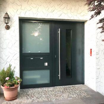 Aluminium-Haustüren mit zwei Milchglasflächen.