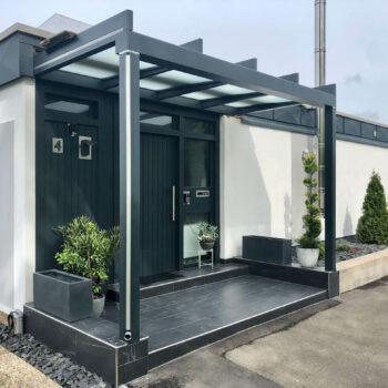 Modernes Vordach aus Glas.