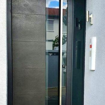 Hochwertige und moderne Haustür aus Corten-Stahl.