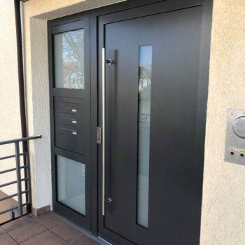 Aluminium-Haustür mit drei Milchglasflächen zum Sichtschutz.