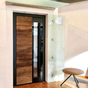 Haustüre mit großer Holz- und Glasfläche im Aluminium-Rahmen.