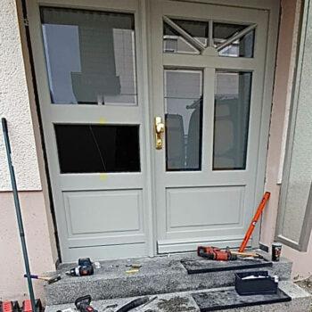 Holz-Haustüren mit schönen Details und unterteilten Glasflächen.