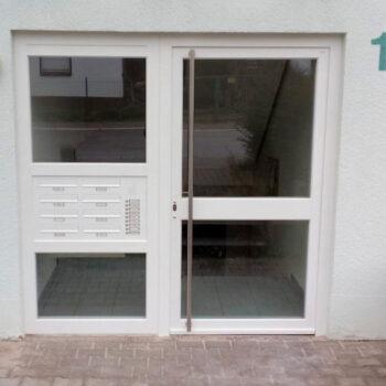 Weiße Haustür mit großer Glasfläche.
