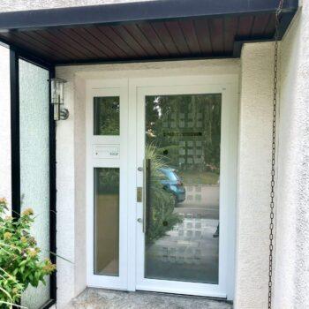 Aluminium-Haustüren in weiß mit großer Glasfläche und kleinen quadratischen Details in Milchglas-Optik