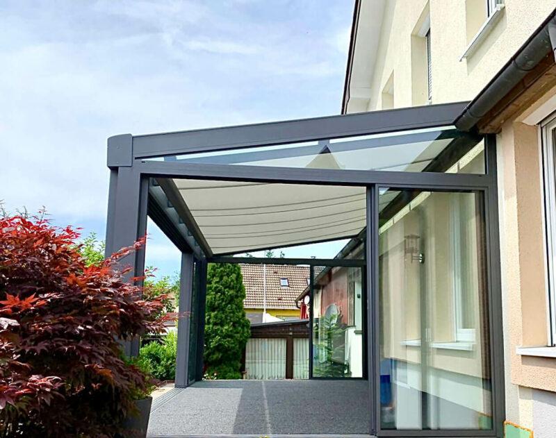 Moderne Pergolamarkise mit Glasschiebewänden.