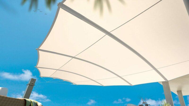 Weißes Sonnensegel in Flügelform für perfekten Sonnenschutz.
