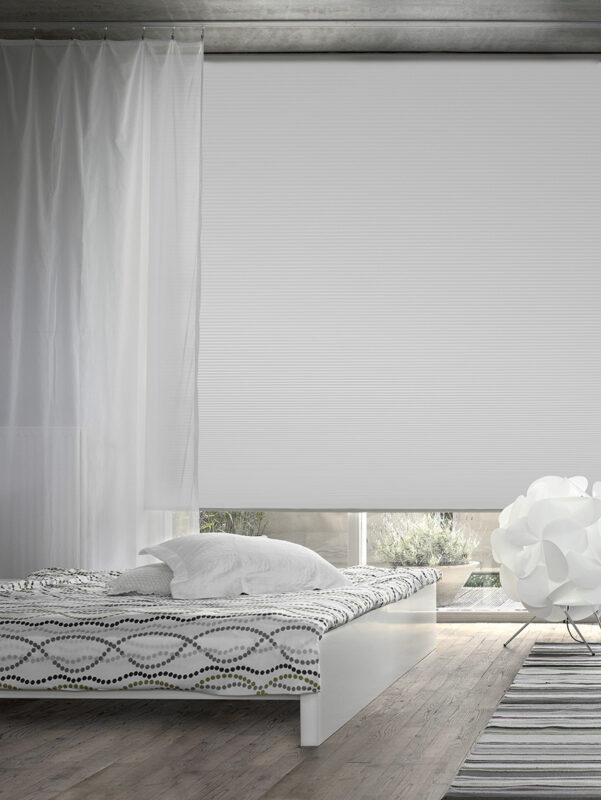 Hochwertiger Sonnenschutz für das Schlafzimmer mit Fensterbeschattung der Marke MHZ.
