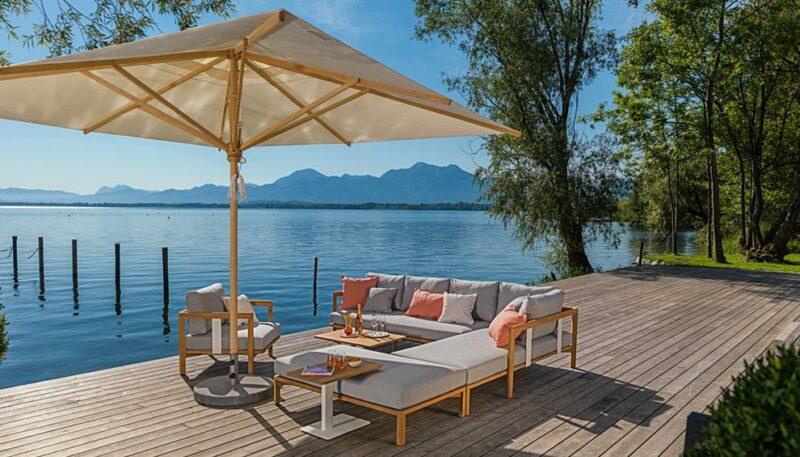 Sehr bequemes Outdoor-Sofa, das zum Entspannen einlädt.