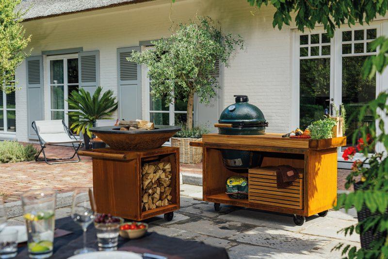 Wunderschöne Außenküche aus Holz mit BigGreenEgg Grill und in rustikalem Stil.