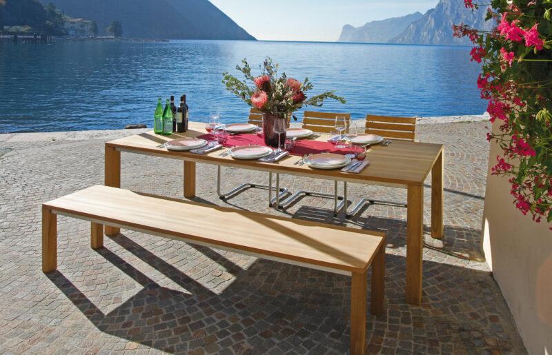 Schlichtes Gartenmöbel-Set aus Holz bestehend aus 3 Stühlen, einer Bank und einem Tisch.