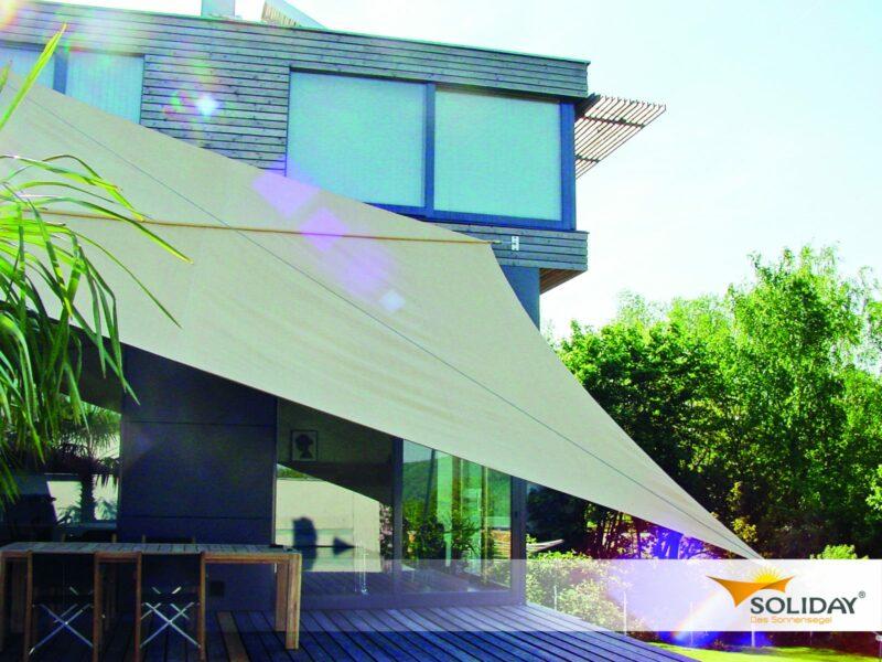Großes Sonnensegel zum Schutz des kompletten Außenbereichs.