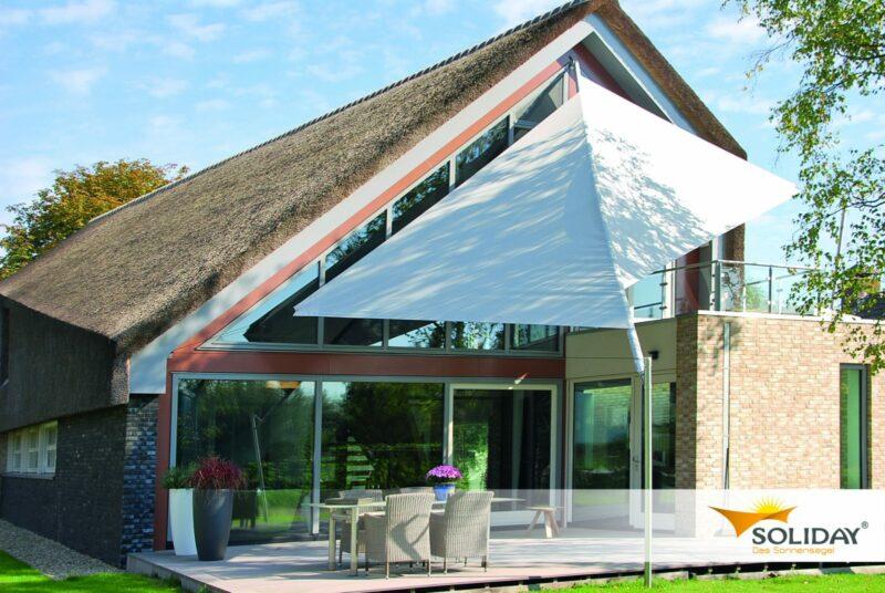 Großes Sonnensegel als Sonnenschutz für die Terrasse.