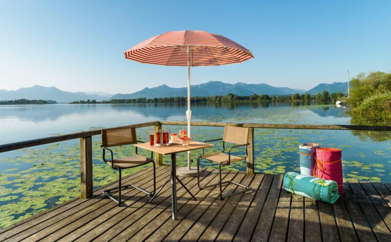 Den Sommer genießen mit unseren Gartenmöbeln: Tisch, Stühle und Sonnenschirm vom Fachhändler.